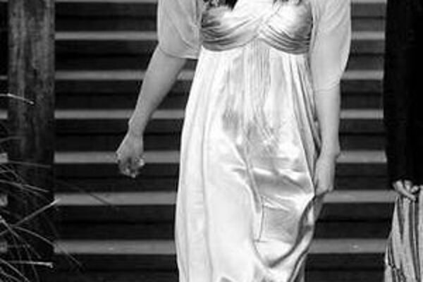 Luo módu miluje. Príležitosť obliecť si pekné šaty si vždy vychutná.