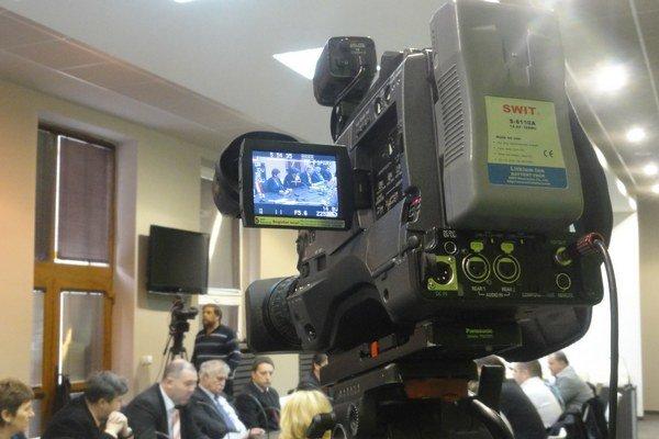 Novozámocká televízia vysiela rokovania zastupiteľstva naživo.