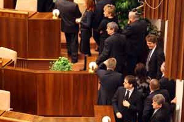 Poslanci v prvej tajnej voľbe šéfa ÚPN v utorok odovzdali viac hlasovacích lístkov, ako bolo vydaných.