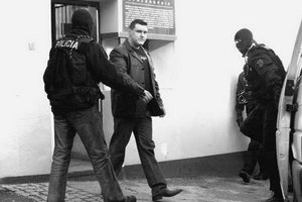 Mikuláš Černák pri odchode z väznice vedel, čo ho čaká. Hneď medzi dverami sa kukláča spýtal do ktorého auta má nastúpiť.