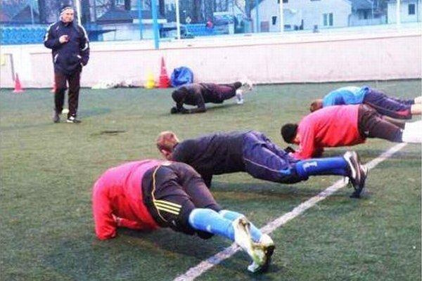 Aj s takýmito cvičeniami sa musia vysporiadať futbalisti FKM počas tréningových jednotiek. Sleduje tréner A. štefanka.