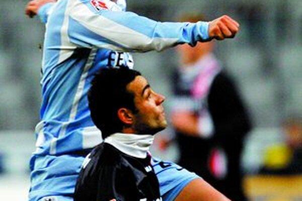Francisco Copado (dolu) ešte v bundesligovom Frankfurte v súboji so Stefanom Reisingerom z TSV 1860 Mníchov.