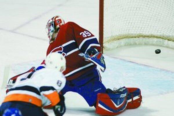 Útočník New York Islanders Miroslav Šatan strieľa gól brankárovi Montrealu Cristobalovi Huetovi v stretnutí NHL Montreal - Islanders 2:4.