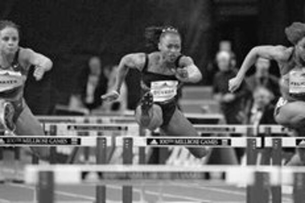 Deversová (v strede) pri víťaznom behu na 60 m prekážok v newyorskej Madison Square Garden. Vľavo je ďalšia Američanka Hayesová a vpravo Kanaďanka Felicienová.
