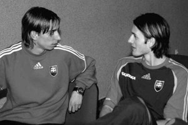 Zľava Dušan Švento a Marián Had akoby sa dohovárali o spolupráci na ľavej strane. Proti Bulharsku sa Šventovi darila spolupráca s Marekom Čechom z FC Porto, ten je však teraz zranený.