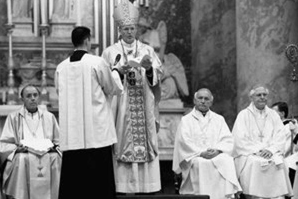 Zľava slovenský biskup František Tondra, maďarský kardinál Péter Erdö, slovenskí arcibiskupi Alojz Tkáč a Ján Sokol na slávnostnej omši v Ostrihome.