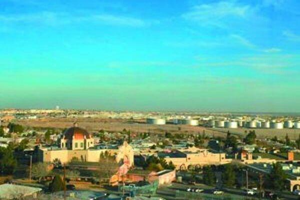 V popredí je americké El Paso, v pozadí mexický Juarez.