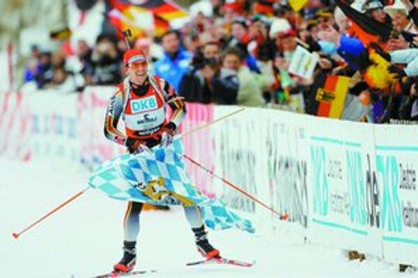 Nemec Michael Greis si vychutnáva posledné metre v pretekoch s hromadným štartom. Po zlato si došiel s bavorskou vlajkou, ktorej dal prednosť pred nemeckou.
