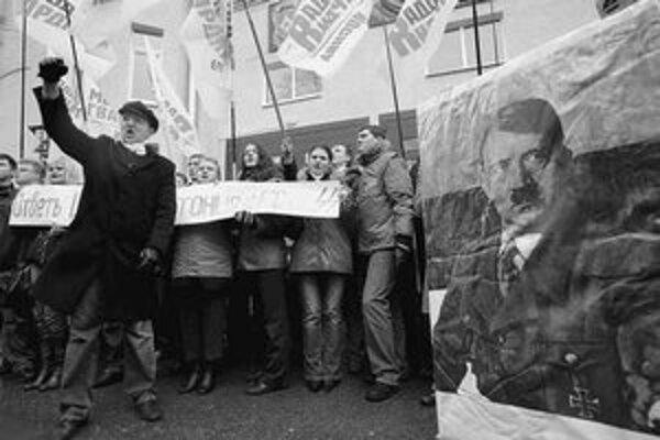 Aktivisti prokremeľského hnutia kričia Nie fašizmu na demonštrácii pred estónskou ambasádou v Moskve. Protestujú proti plánom odstrániť v Talline vojnový pamätník. FOTO – TASR/AFP