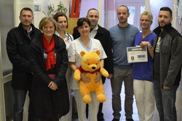 Zástupcovia vedenia nemocnice a oddelenia so zakladateľmi združenia a športového klubu.