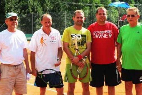 Na spoločnej fotografii organizátori a finalisti turnaja (druhý a tretí zľava s raketami).