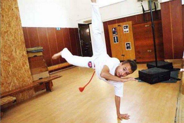 Adrián Dudáš v póze typickej pre capoeiru.