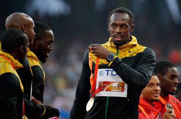 Usain Bolt (vpravo) pravdepodobne príde o zlatú medailu.
