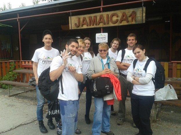 Skupina dobrovoľníkov na Biskupských luhoch.