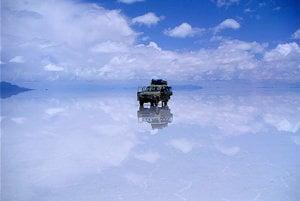 Soľná plocha po dažďoch pôsobí ako obrovské zrkadlo.