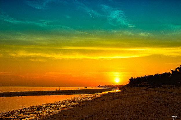 Východ slnka nad plážou Sta. Fe na  na ostrove Bantayan.