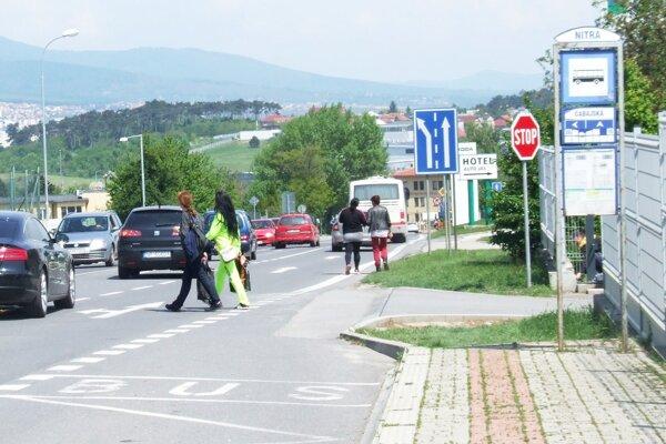 Cabajská je privádzačom na R1, ľudia majú problém prejsť na druhú stranu cesty.