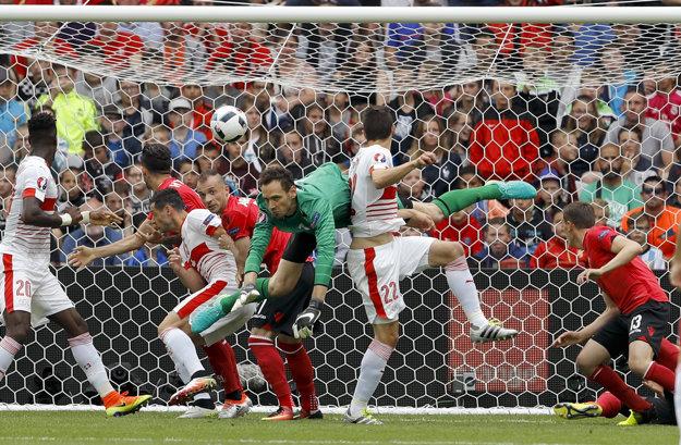 Fabian Schär (v strede) strieľa gól do albánskej bránky.