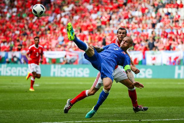 Martin Škrtel v obrannom zákroku. V druhom góle Walesu má prsty aj on.
