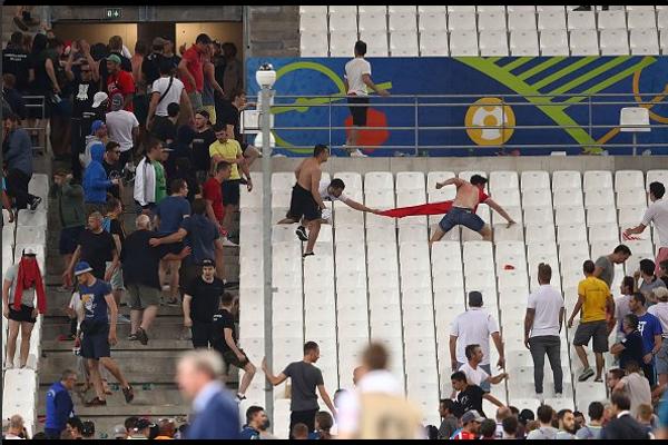 Britský fanúšik uteká pred ruskými agresormi.