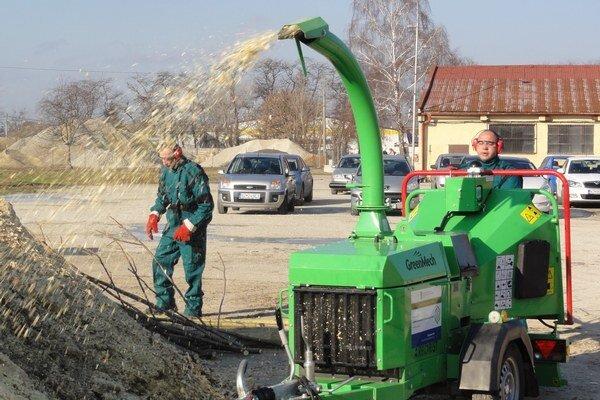 Takto sa z odpadového dreva získava materiál na výrobu brikiet.