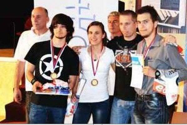 Družstvo Novozámčanov s medailami v krku zľava Zoltán Varga, Natália Vargová a Mário Vörös.