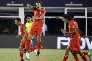 Peruánci oslavujú gól v záverečnej tretine zápasu, ktorý sa neskôr ukázal ako rozhodujúci.