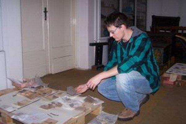 Marek Both pri spracovávaní dokumentácie z výskumov.