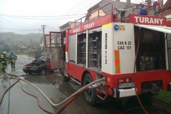Turianski hasiči pri požiari osobného auta.