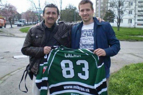 Hráč HC Mikron Erik Čaládi odovtdáva svoj dres jednému z najaktívnejších fanúšikov Vasilovi Samarasovi.