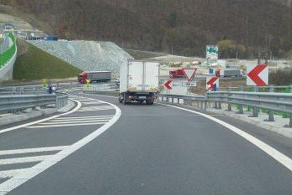 Výjazd z diaľnice pri Dubnej Skale je rizikový.