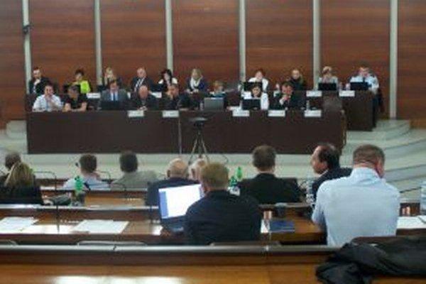 Poslanci pri rokovaní o krízovom rozpočte mesta.