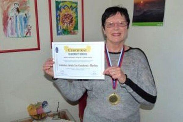 Eva Kuciaková s certifikátom o ustanovení rekordu.