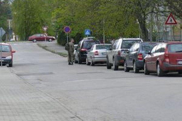 Na Severe, kúsok od kasárni, parkujú niektorí vojaci v blízkosti bytoviek. Domáci s tým majú problém - nemajú kde parkovať.