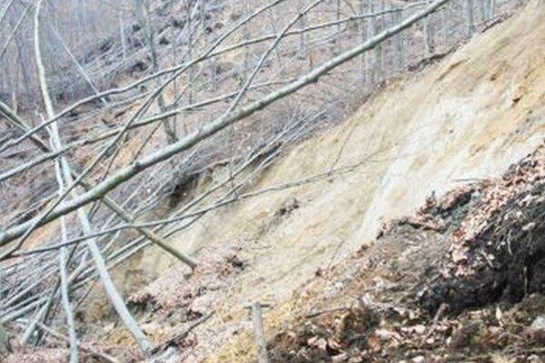 Zosuv pôdy vlome Kraľovany – Rieka prekreslil trasu diaľnice.