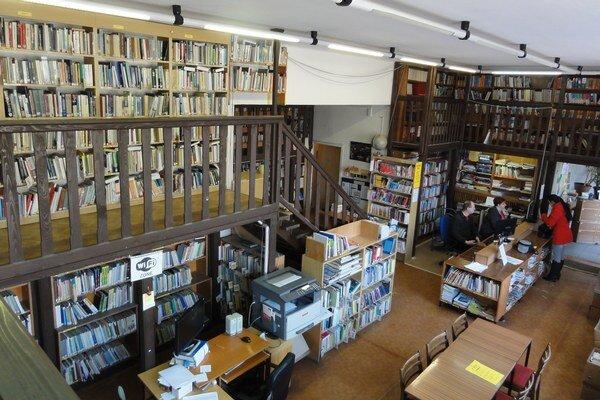 Po celom obvode tu mali galériu s knihami.