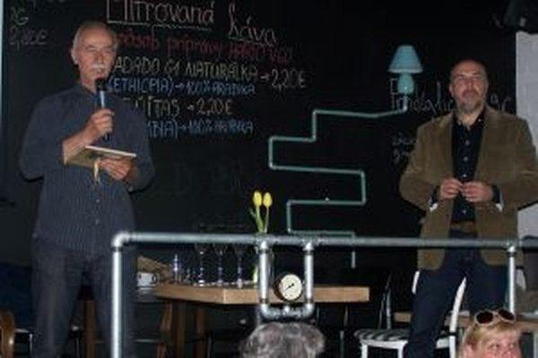 Michal Beňadik (vľavo) a Igor Dobrovolný na krste knihy Riadok Zaniknutá história.