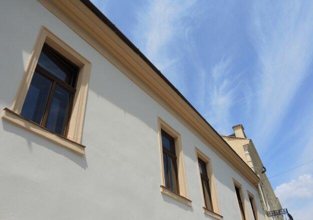 Dobrovoľníci sa postarali aj o fasádu a okná materského centra.