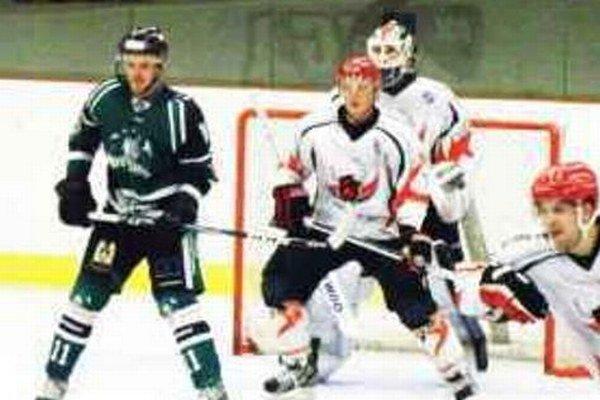 Albín Podstavek (v zelenom) strelil víťazný gól svojho celku na ľade Újpestu päť sekúnd pred koncom.