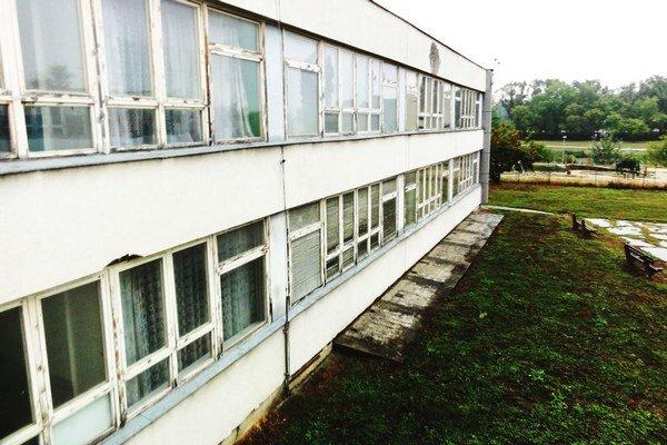 Základná škola na Mostnej by urgentne potrebovala aspoň nové okná.