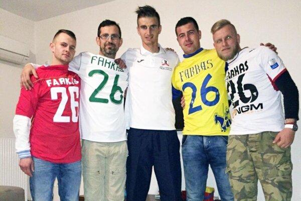 Pavol Farkaš (v strede) na snímke so švagrom T. Snopom a kamarátmi, ktorí ho prišli pozrieť na zápas Xanthi v gréckej lige.