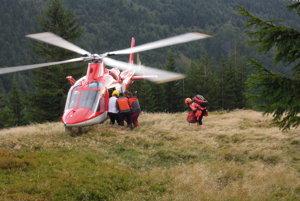 Situácia si vyžiadala pomoc vrtuľníka.