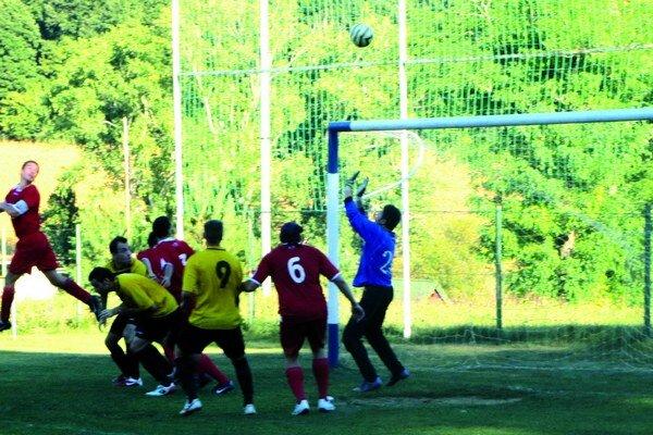 FK Čechy (červenom) boli po Svodíne druhým mužstvom, ktoré odohralo proti Salke celých deväťdesiat minút.