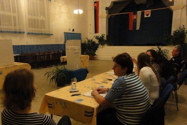 Volebná miestnosť v Jasovej dnes večer.