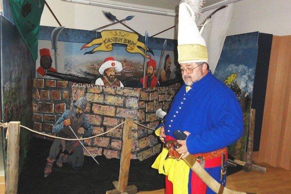 Jeden z vojakov pred štylizovanými hradbami v múzeu.