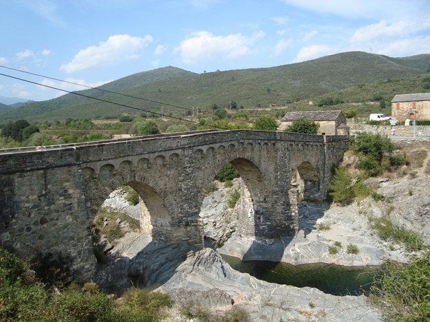 Na Korzike je množstvo historických mostov a iných pamiatok.