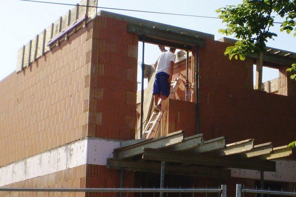 Výstavba bytovky.