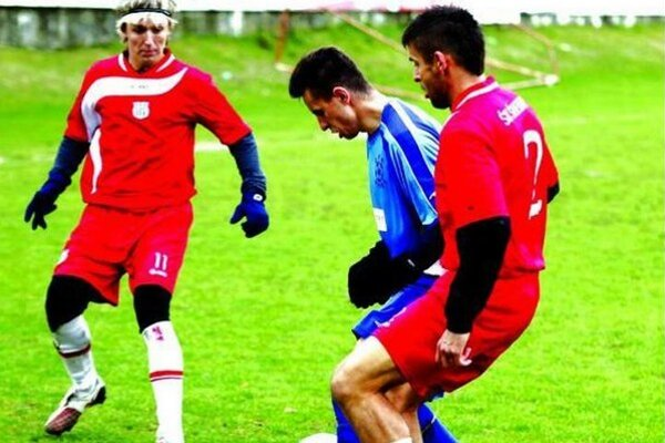 Futbalisti Šurian (v červenom) vyhrali v Kolárove 5:0.