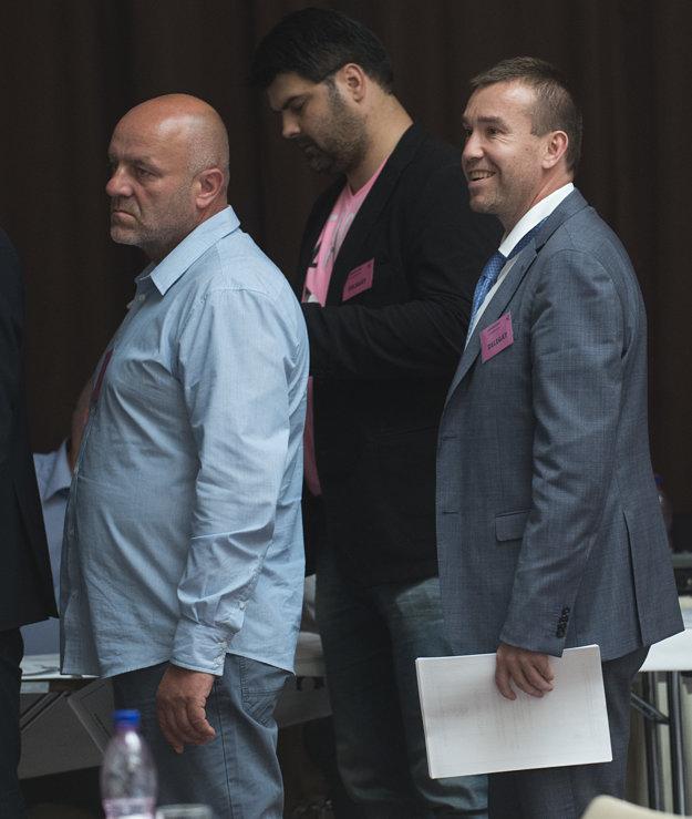 Žigmund Pálffy (vpravo) bol pred hlasovaním v dobrej nálade. Vo voľbách podporil Tibora Turana.