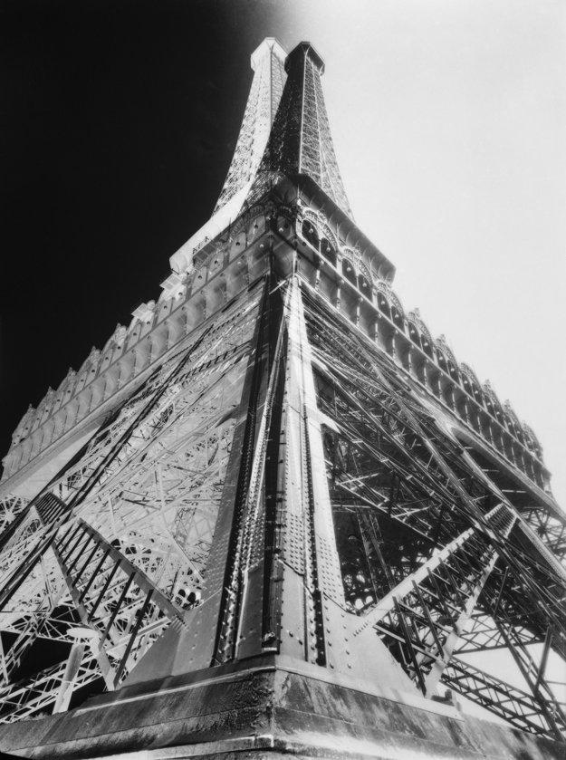 Pohľad na Eiffelovu vežu vznikol fotomontážou negatívu a pozitívu, 1931.